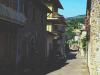 I alle italienske landsbyer finnes en Piazza Liberta, så også i Chitignano, selv om den ikke er av de største, gatene er trange og de fleste er av nødvendighet enveiskjørte.