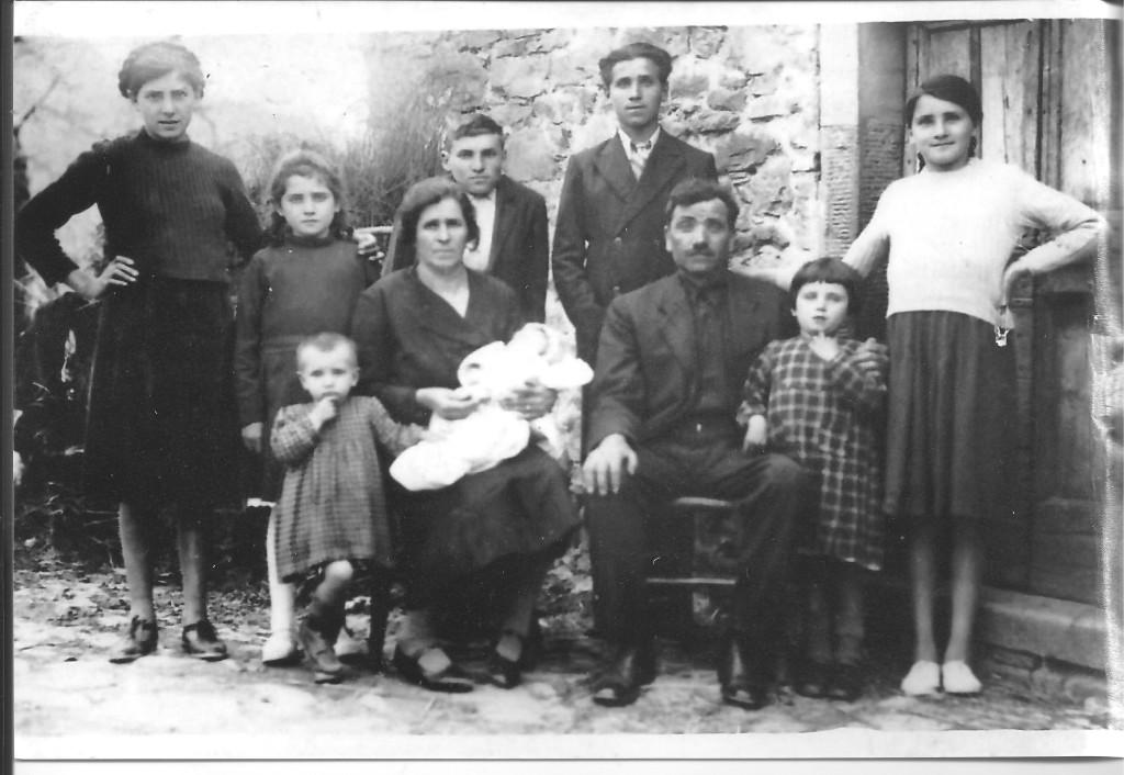 Familien Burroni foran Kastanjetørkehuset på La Tornaia i 1940.
